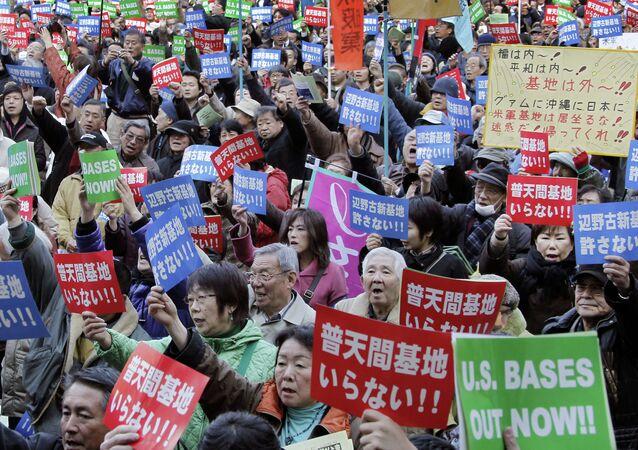 População de Okinawa protesta contra a presença da base militar dos EUA na cidade