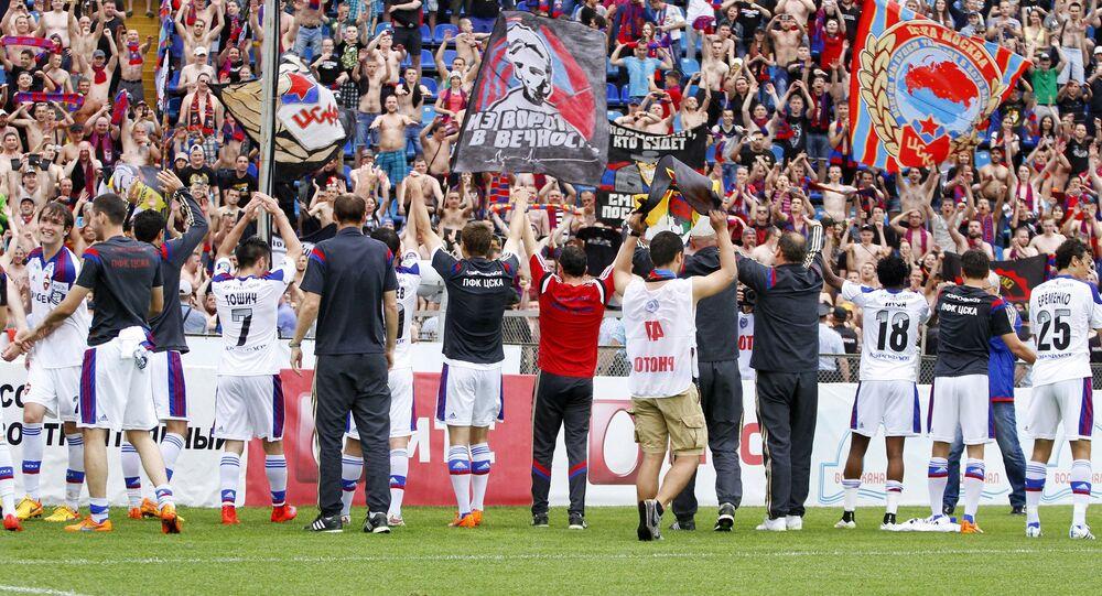 Os jogadores do CSKA Moscou comemoraram com a torcida a classificação para a Liga dos Campeões.