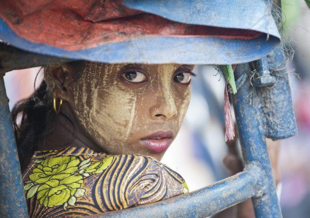 Uma mulher de nacionalidade Rohingya em Mianmar, perto da cidade de Sittwe, em 21 de maio de 2015.