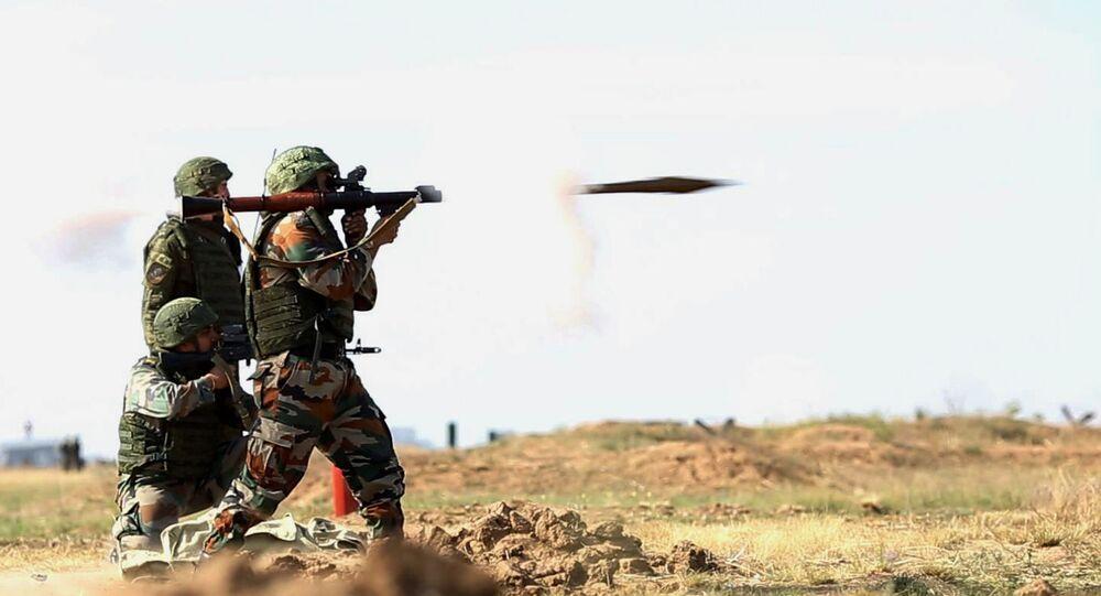 Militares russos e indianos durante as manobras conjuntas Indra 2014