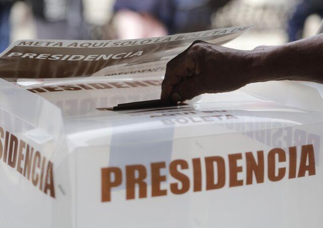 Urna de votação no México.