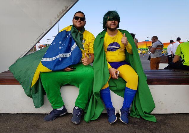 Brasileiros sentados em frente à Arena Samara, onde Brasil jogou contra México.