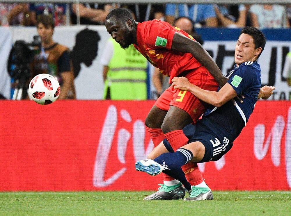 Disputa de bola na partida entre Japão e Bélgica em  Rostov-no-Don nesta segunda-feira