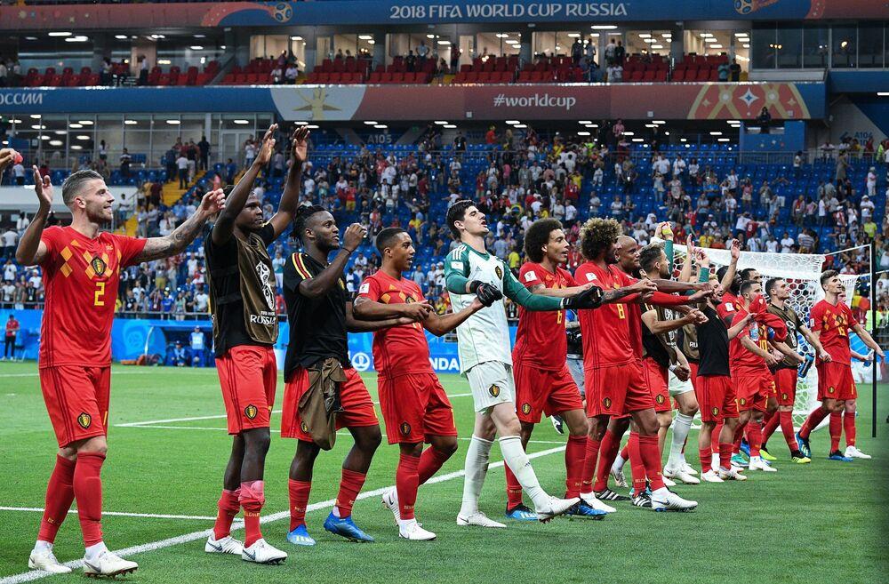 Jogadores belgas agradecendo pelo apoio da torcida em Rostov-no-Don
