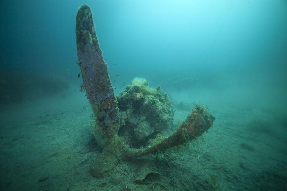 Destroços de avião norte-americano P-47 Thunderbolt no leito marinho perto da ilha de Córsega