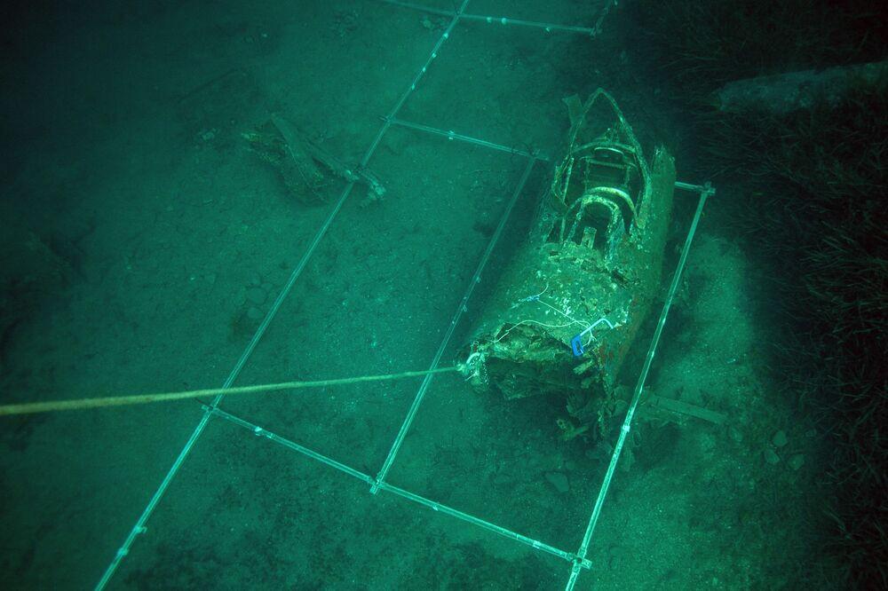 Grades de plástico instaladas por mergulhadores militares franceses em torno dos destroços do avião norte-americano P-47 Thunderbolt