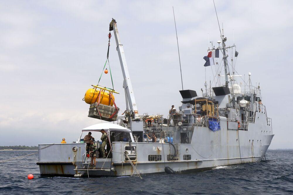Navio francês FS Pluton M622 em operação de levantamento para bordo de destroços do avião norte-americano P-47 Thunderbolt