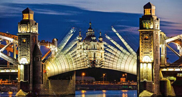 Abertura da ponte Pedro, o Grande durante as noites brancas em São Petersburgo