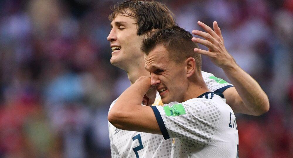 Mário Fernandes e Denis Cheryshev após vitória da Seleção Russa no jogo contra Espanha nos oitavos da Copa 2018