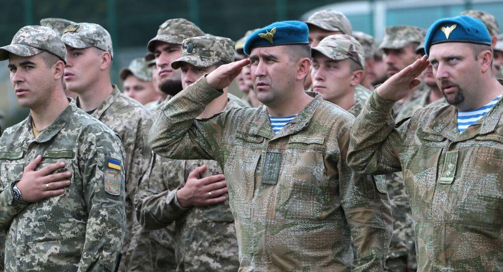 Militares ucranianos comparecendo à cerimônia de abertura das manobras Rapid Trident-2017