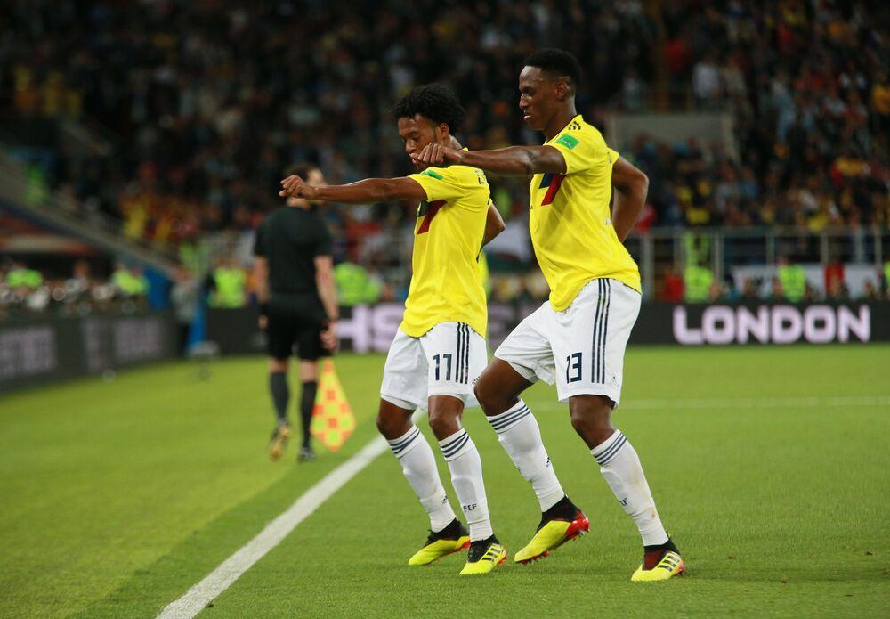 Cuadrado e Mina comemoram gol da Colombia