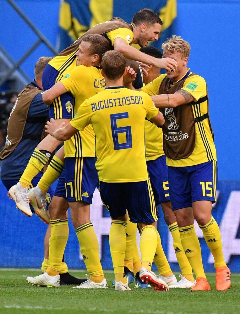 Seleção da Suécia comemora a vitória contra a Suíça