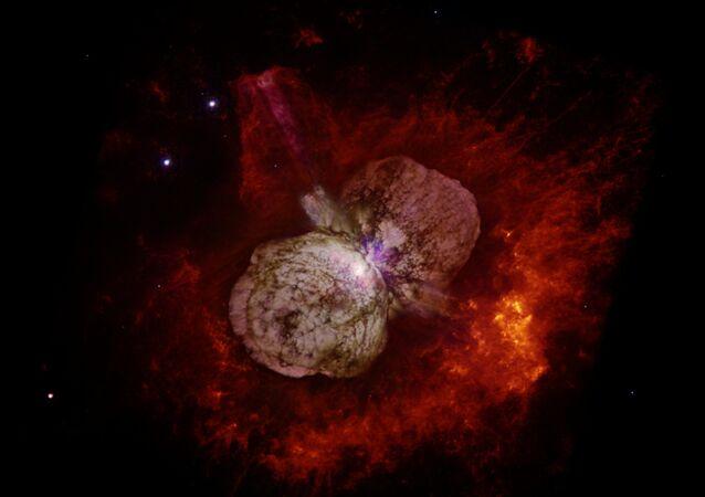 Eta Carinae, maior estrela da Via Láctea