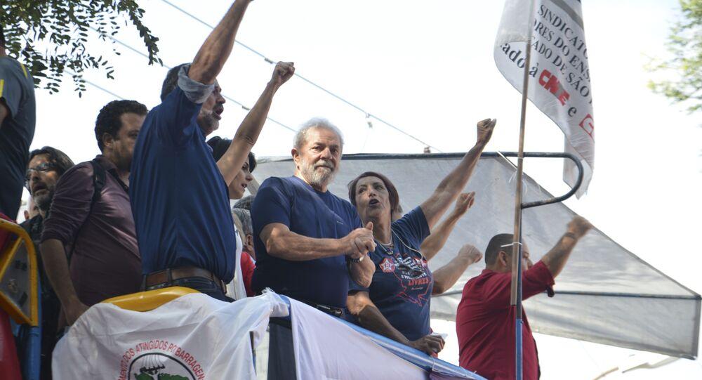 Lula discursa em frente à sede do Sindicato dos Metalúrgicos do ABC