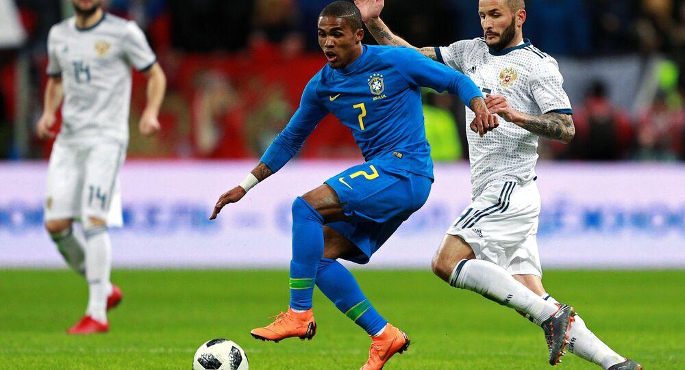 Douglas Costa domina a bola durante o amistoso contra a Rússia