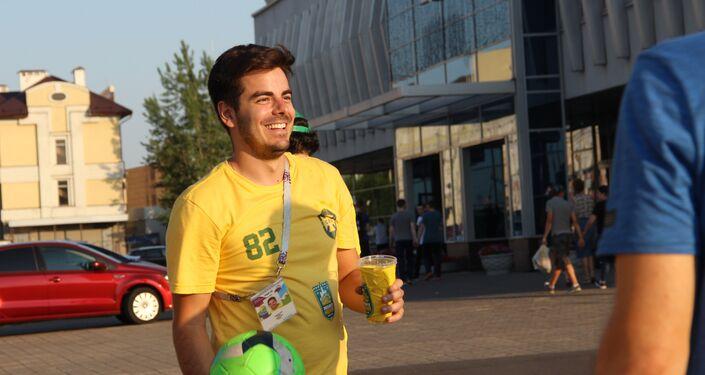 Torcedores do grupo Segue o Hexa jogam bola em Kazan, em 4 de julho de 2018