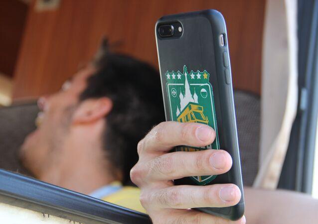 Logo do Segue o Hexa aparece na capa do celular de um dos torcedores