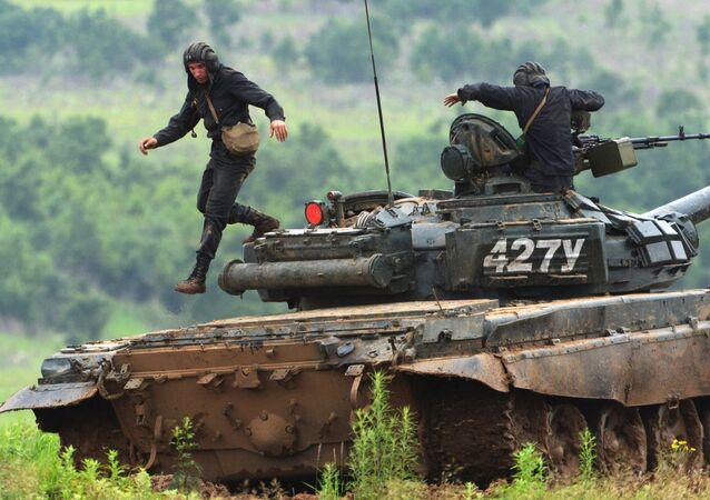 Tripulação de tanque T-72 depois de exercício de tiro no campo de treinamento Sergeevsky na região russa de Primorie
