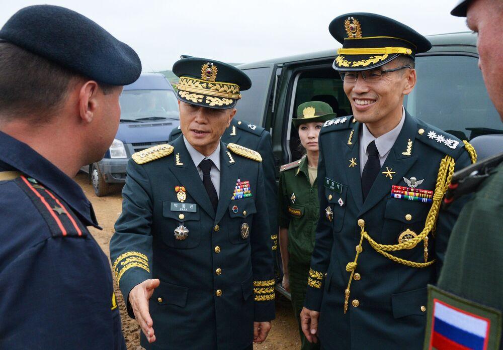 Comandante do 1º Exército da Coreia do Sul, general de exército Pak Chung Jin (no centro à esquerda) no campo de treinamento Sergeevsky na região russa de Primorie