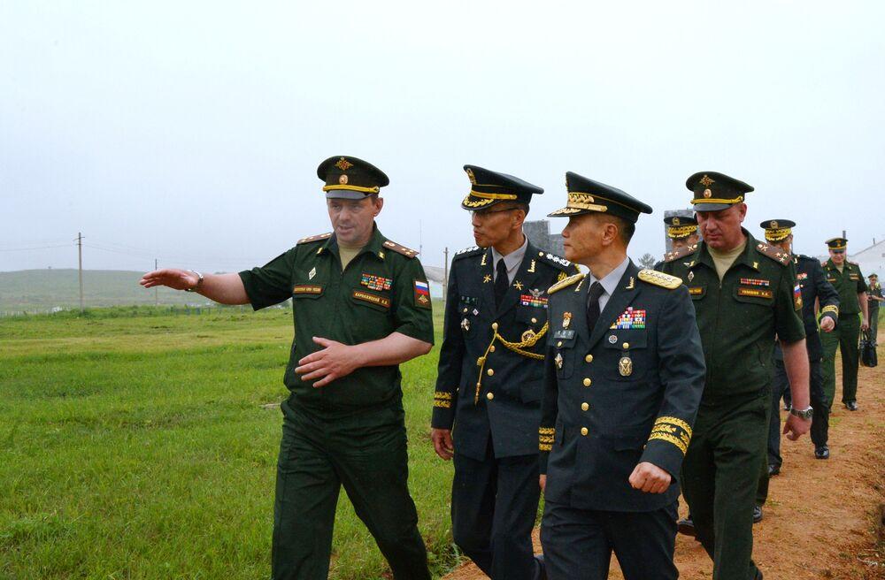 Em primeiro plano, da esquerda para a direita: o vice-comandante do 5º Exército, coronel Nikolai Karnazhitsky, e o comandante do 1º Exército da Coreia do Sul, general de exército Pak Chung Jin, no campo de treinamento Sergeevsky na região russa de Primorie