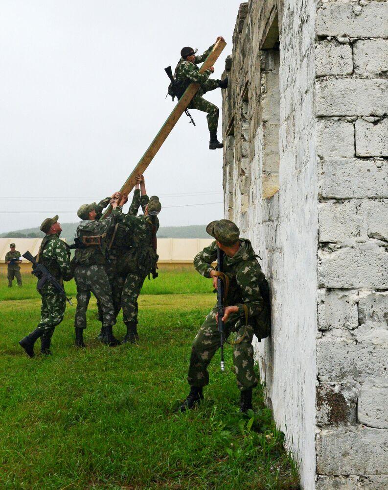 Treinamento da companhia de reconhecimento da brigada de infantaria mecanizada do 5º Exército do Distrito Militar Oriental no complexo de treinamento de obstáculos Caminho do soldado de reconhecimento no campo de treinamento Sergeevsky na região russa de Primorie