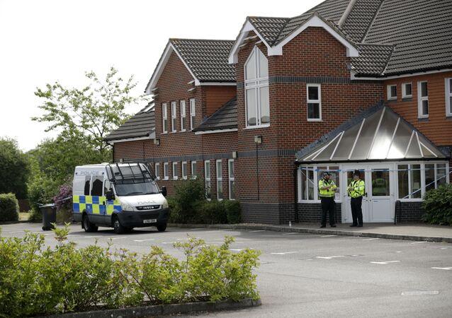 Policiais britânicos perto do Centro Batista Amesbury, em Amesbury, Reino Unido