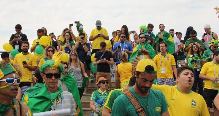 Torcida brasileira dá boas-vindas à Seleção perto do hotel Mirage, em Kazan, em 5 de julho de 2018