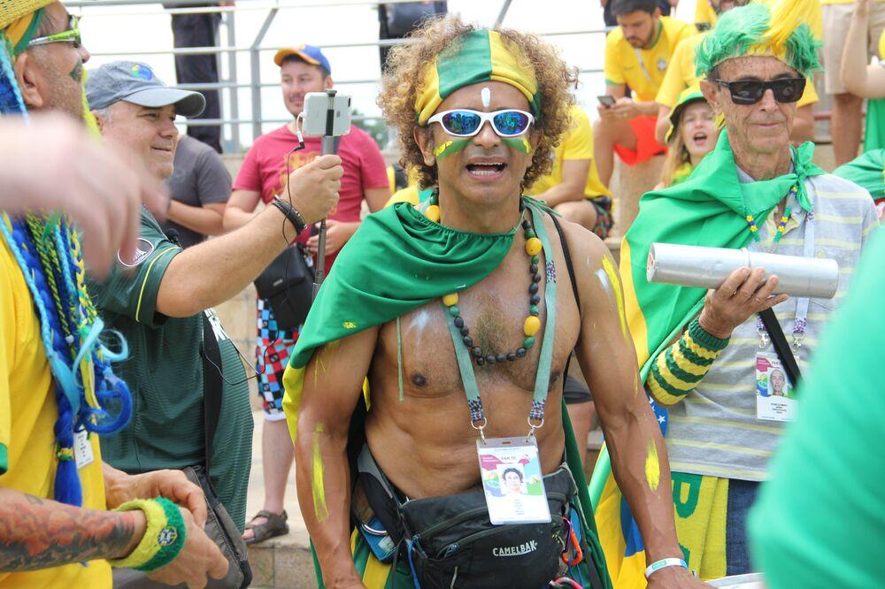 Um dos líderes da torcida brasileira ao dar boas-vindas à Seleção perto do hotel Mirage, em Kazan, em 5 de julho de 2018