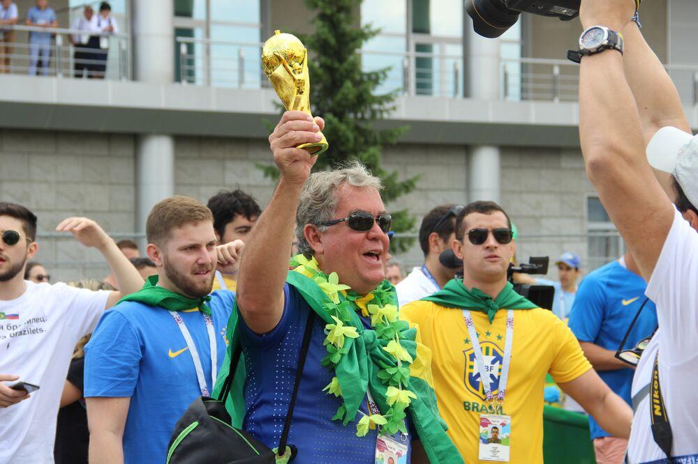 Torcedor brasileiro levanta réplica da taça ao dar boas-vindas à Seleção perto do hotel Mirage, em Kazan, em 5 de julho de 2018