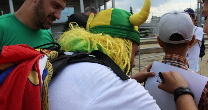 Tomer Savoia, capitão da torcida brasileira na Rússia que virou meme, dá autógrafo na rua