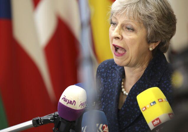 A primeira-ministra britânica, Theresa May, fala com a mídia ao chegar a uma cúpula da UE no edifício Europa, em Bruxelas.