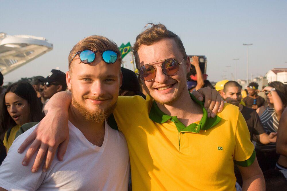 Louis (à esquerda) e Wesley (à direita), são alemães e assistiram os jogos da Copa junto com a multidão no Rio de Janeiro.