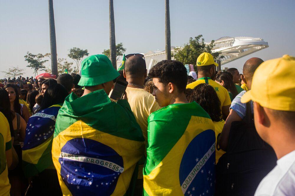 Torcedores se vestem de Brasil para o jogo entre Brasil e Bélgica nas quarta de final da Copa do Mundo.