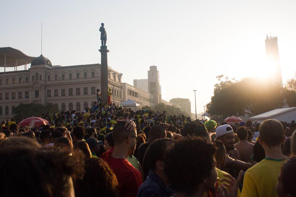 Sol se põe diante de multidão no Rio de Janeiro. Dezenas de milhares de torcedores se juntaram para assistir a derrota do Brasil diante da Bélgica.