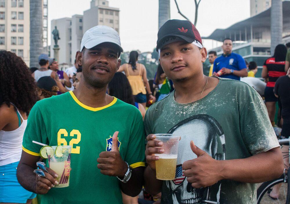 Vendedores dão pausa no trabalho para assistir a partida durante a Copa do Mundo. Centenas de ambulantes servviam os torcedores com bebidas durante as transmissões.