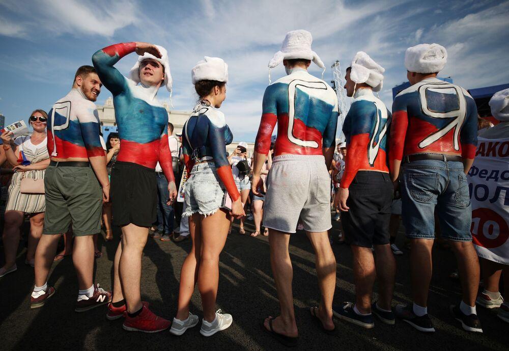 Torcedores russos acompanhando o jogo das oitavas entre as seleções da Espanha e da Rússia na zona da torcida em Samara