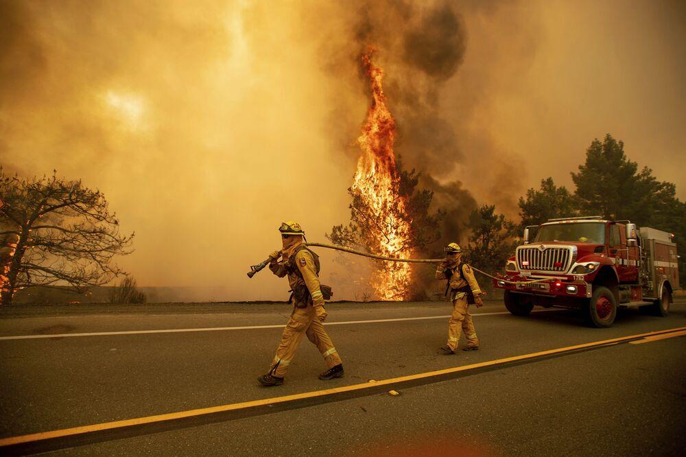 Bombeiros durante extinção dos fortíssimos incêndios florestais na Califórnia