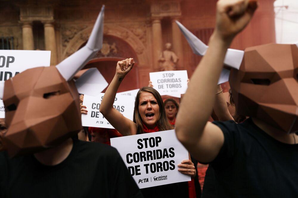 Defensores de direitos dos animais protestando contra a corrida de touros na véspera do festival San Fermin na cidade espanhola de Pamplona