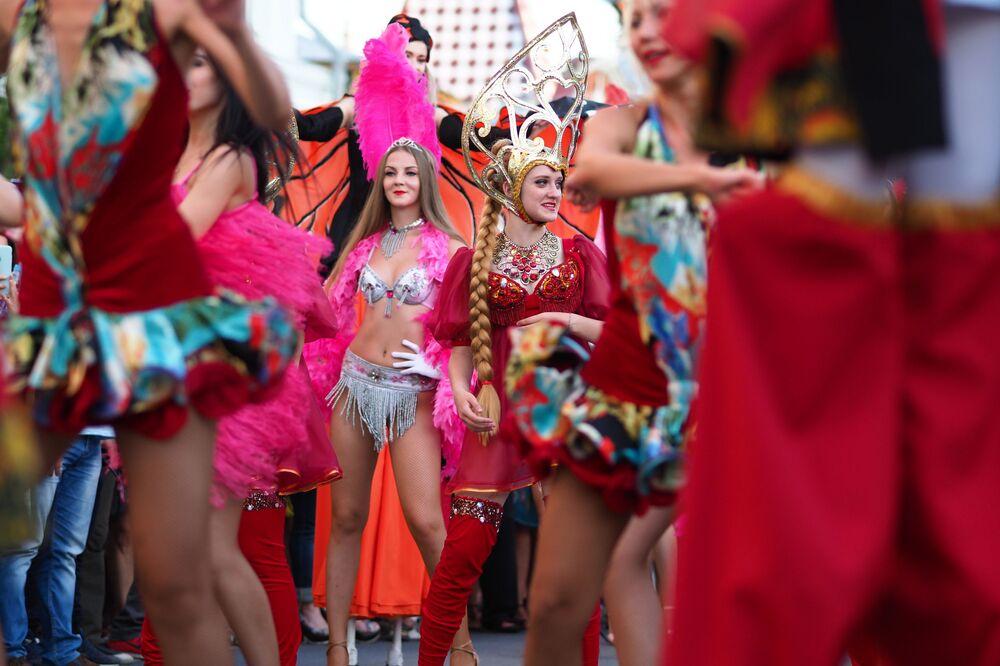 Participantes da marcha de carnaval dos torcedores dedicada ao jogo entre as seleções do Brasil e do México em Samara