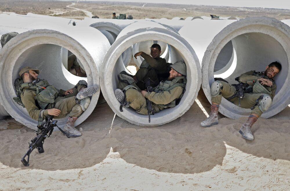 Soldados israelenses durante treinamentos na base militar Tzeelim, simulando combates reais na Faixa de Gaza