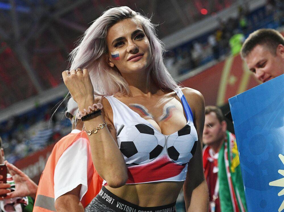 Torcedora russa no jogo entre a Seleção do Uruguai e Portugal pela passagem às quartas de final