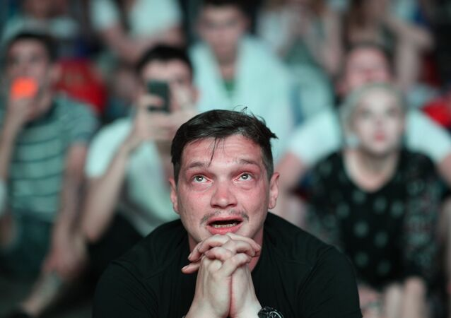Torcedor russo sofre com a tensão da partida entre Rússia e Croácia pelas quartas de final da Copa do Mundo de 2018.