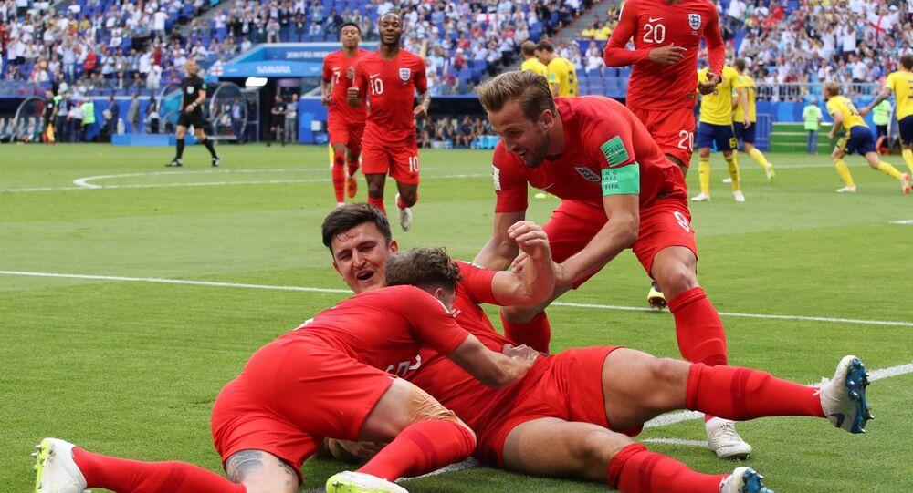 Jogadores da seleção da Inglaterra comemoram gol em jogo das quartas de final contra a Suécia.