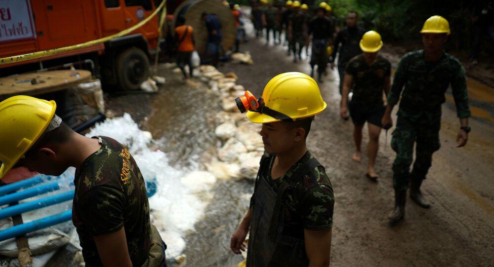 Militares participando dos trabalhos de resgate de 12 meninos e seu técnico presos em uma caverna na Tailândia, 6 de julho de 2018
