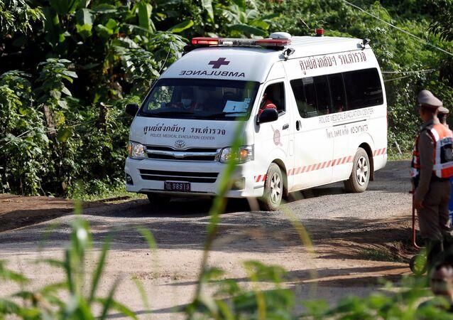 Ambulância supostamente transportando o quinto menino resgatado da caverna de Tham Luang, na província Chiang Rai, Tailândia, 9 de julho de 2018