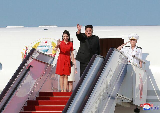 Líder norte-coreano, Kim Jong-un, saindo de um avião durante sua visita a Pequim (imagem referencial)