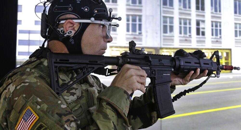 Um soldado simula situações de combate em uma realidade virtual utilizando capacete que mede suas respostas cognitivas sob estresse.