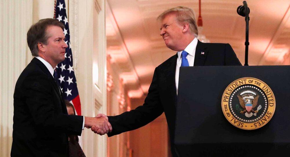 O presidente dos EUA, Donald Trump, com o juiz Brett Kavanaugh (E), indicado por ele para a Suprema Corte, na Casa Branca