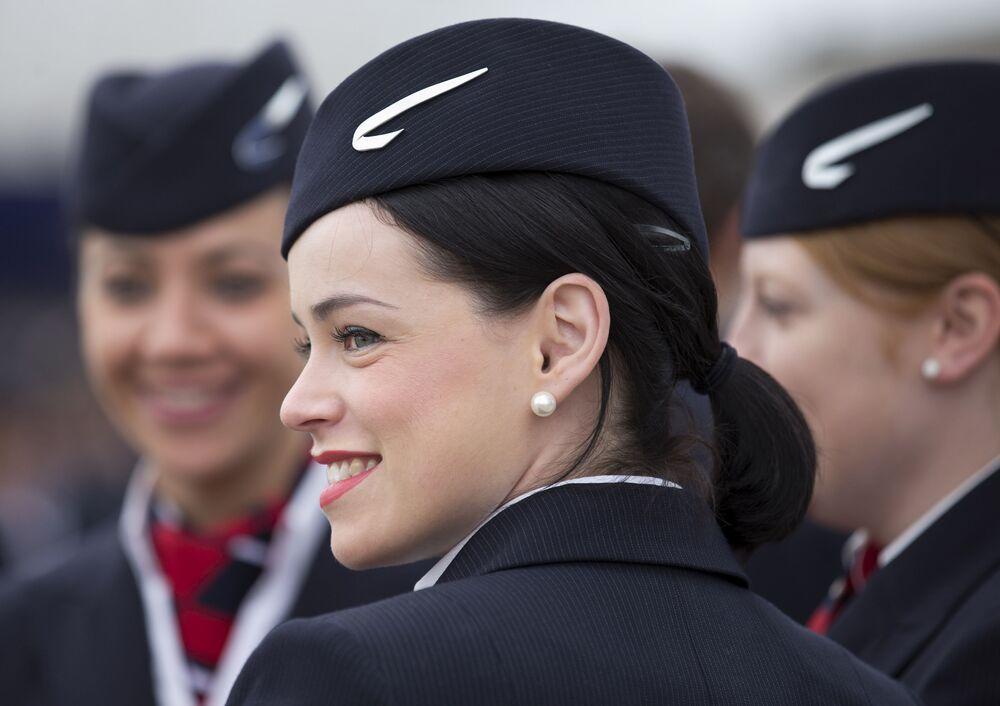 Aeromoças da companhia British Airways no aeroporto de Londres