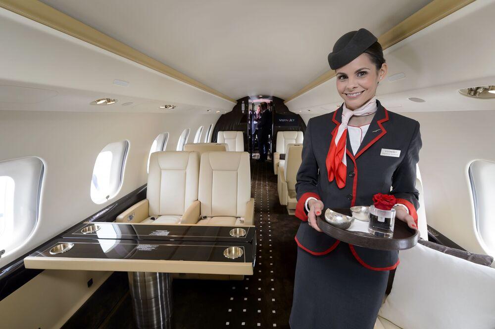 Aeromoça canadense dentro do avião transcontinental Bombardier Global Express